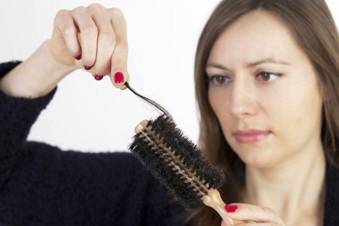 jak skutecznie zahamować wypadanie włosów