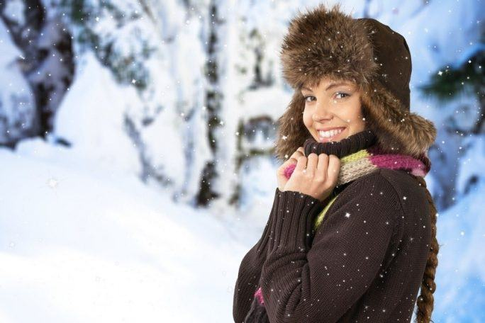 Najlepsze kosmetyki na zimę – kremy, balsamy, pomadki i masła. Sprawdź, czym skutecznie się chronić przed mrozem i wiatrem.